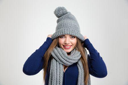 Czy noszenie czapki zimą chroni włosy?